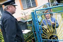 SOUSEDÉ NEVĚDÍ, CO SE DĚJE. V noci se jim totiž z domků ztrácejí okapy. Někteří si však myslí, že policie nic nevyřeší.