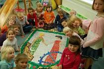 DĚTI SE SVÝM VÝTVOREM. Znak Vratislavic nad Nisou vyrobily děti z vratislavické školky Lísteček.