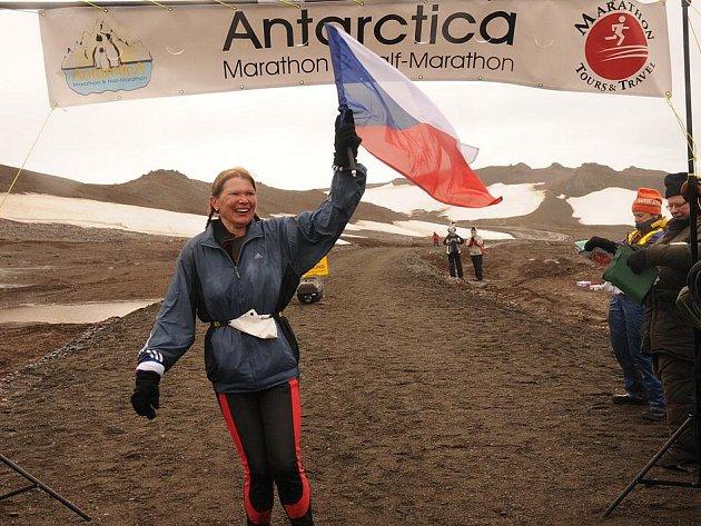 LIBERECKÁ VYTRVALKYNĚ IVANA PILAŘOVÁ šťastně v cíli Arktického maratónu