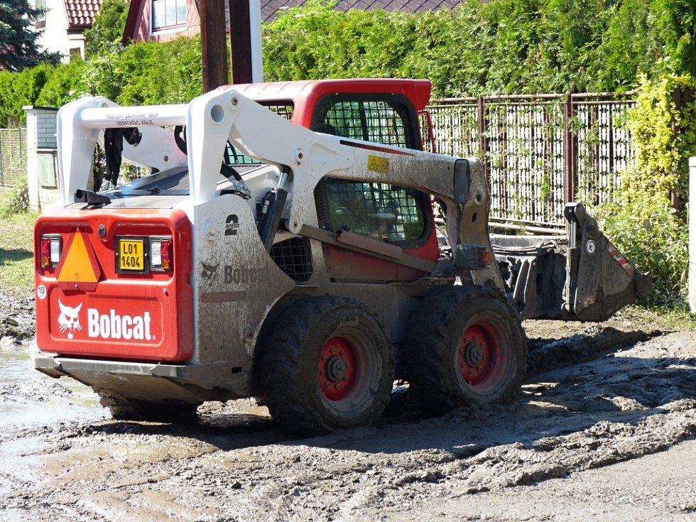 Smykový nakladač Bobcat se osvědčil již při povodních.