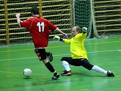 BRANKÁŘ SLAVIE TU V AKCI. Miroslav Tomeš sice šestkrát v utkání s Legnexem kapituloval, přesto jeho tým zaslouženě zvítězil a potvrdil tak prvenství v krajském přeboru.