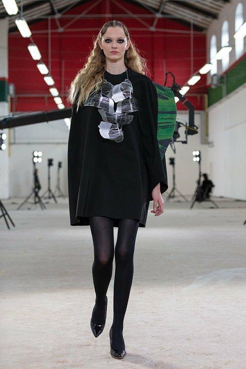 Laura Vlčková představila na přehlídce modely z kolekce Peace lily, která je inspirovaná tvaroslovím lopatkovce, s autorským dezénem na stejné téma. Šperky vytvořila Veronika Johana Vedralová na zadané téma Pohyb stínů.