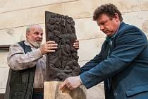 Unikátní dřevořezbu od neznámého autora z přelomu 17. a 18. století objevili na hradu Bezděz v roce 2014.