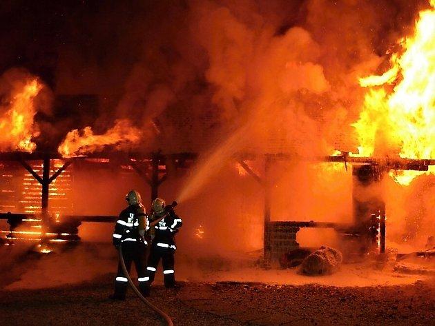 STODOLU SE NEPODAŘILO ZACHRÁNIT. Podle svědků požáru předcházel obrovský výbuch. Škody čítají dva miliony.