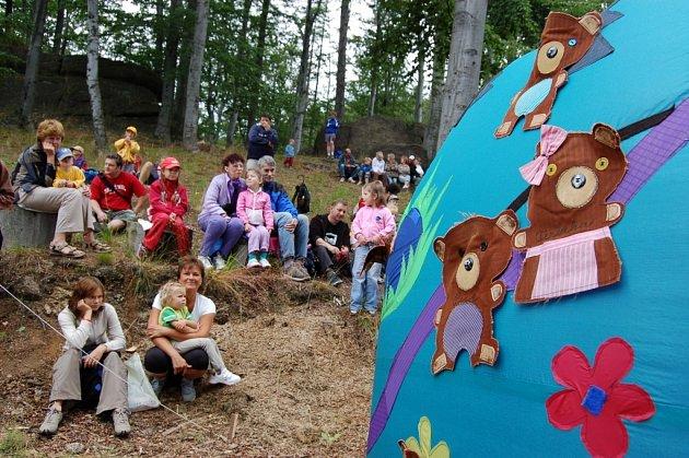 POHÁDKA. Na Medvědí pohádky pod Martinskou skálou se v sobotu vypravily celé rodiny.