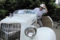 """JEDINÝ V REPUBLICE.  Auburn """"Speedster"""" z roku 1936 Vladimíra Mayera si na našich silnicích nespletete, pokud se vám poštěstí jej potkat. Je jediný a těžko byste našli elegantnější automobil."""