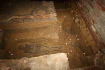 Část koster, které archeologové objevili pod budovou bývalé pekárny. Po dokumentaci se znovu zasypou.