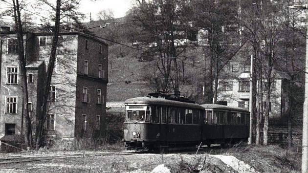 """SOUPRAVA STARÝCH VOZŮ zachycená na """"špičce"""" kolejového trojúhelníku v Proseči krátce před zastavením provozu na jaře roku 1973."""