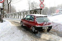 ŠTĚRK SE SICE UKLÍZÍ ŠPATNĚ, ale alespoň už řidiči nemusí jezdit po příkré a úzké objížďce. Silnici poškozenou povodní se silničářům nepovedlo do zimy opravit, začnou na jaře.