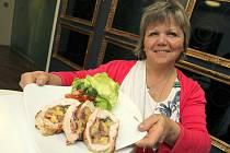 UČITELKA EVA FRÍDLOVÁ z Liberce vařila o víkendu spolu s dalšími 13 finalisty v galerii MIELE v Praze. Recept na kuřecí roládu, který porotu zaujal, ozvláštnila medvědím česnekem.