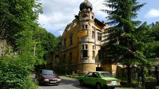 HÁTRÁ. Bývalá mateřská školka v libereckých Kateřinkách se během pouhých několika let stala z chlouby oblasti chátrající troskou.