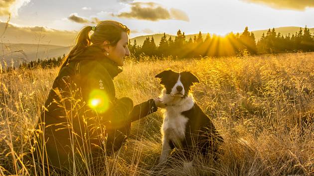 Denisa Albaniová z Jablonce měla od dětství kladný vztah ke zvířatům. Psí parťačkou se jí stala border kolie Aisha, díky které získala i praktické zkušenosti s terapií pro psy.