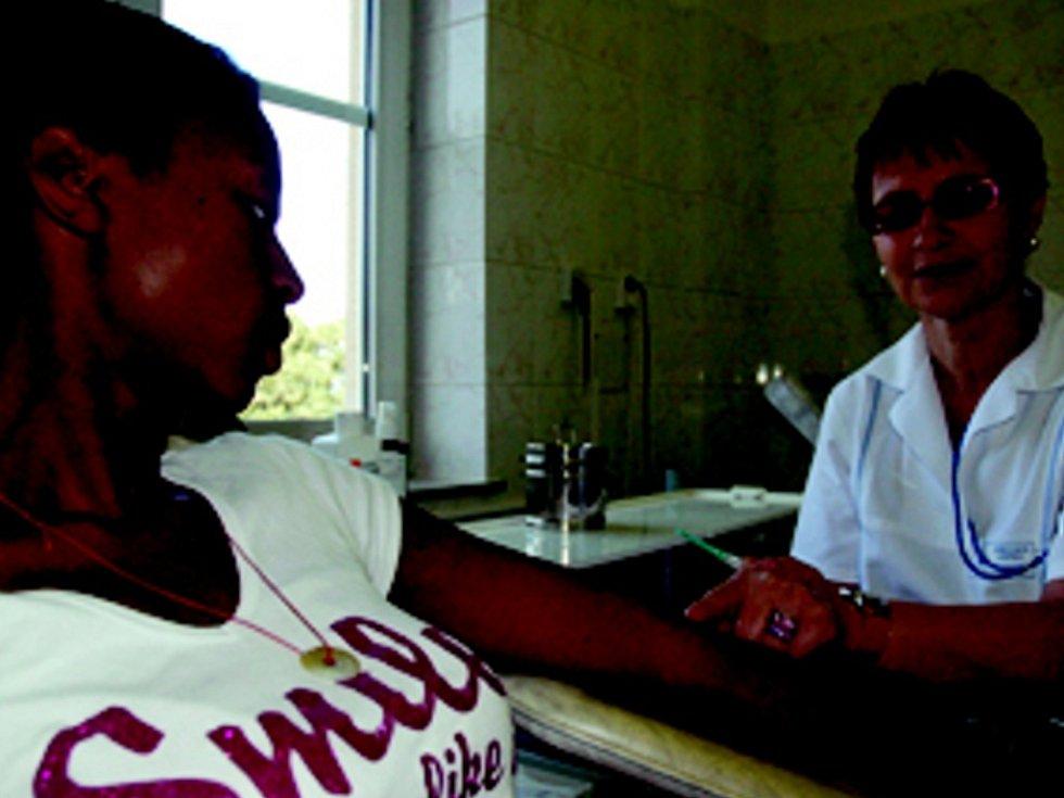 DÁRCE. Při příležitosti Dne otevřených dveří Transfúzního oddělení předvádí zdravotní sestra Miroslava Davidová studentce Podještědského gymnázia Evelyn Malaka,  jak probíhá odběr krve.