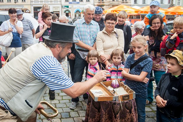Osmý ročník mezinárodního festivalu Liberecký flašinetář pokračoval 10. srpna před libereckou radnicí.