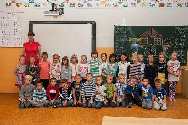 Prvňáci ze základní školy Liberec, nám. Miru 212/2, se fotili 8.září do projektu Naši prvňáci. Na snímku je snimi třídní učitelka Hana Jabůrková.