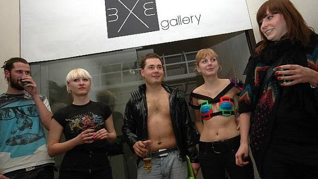Vystavujícími autory jsou absolvent intermediálních studií Pavel Pernický (uprostřed) a Tereza Krainová (uprostřed vpravo) také studentka ateliéru pod vedením uznávaného Petra Lysáčka.
