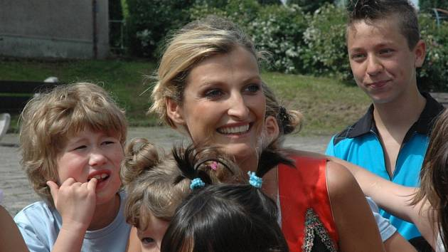DAR. Tereza Maxová předala dětem z frýdlantského dětského domova počítače, které jim pomohou ve výuce angličtiny.
