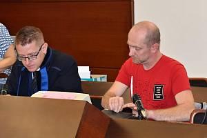 Obžalovaný Jiří Mach s obhájcem u Okresního soudu v Liberci