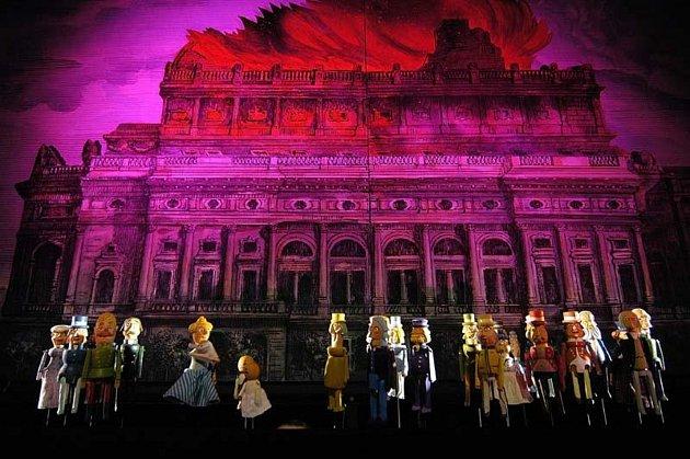 Krásný nadhasič aneb Požár národního divadla. Představení, kterému tleskali idiváci ve 'Zlaté kapličce'.