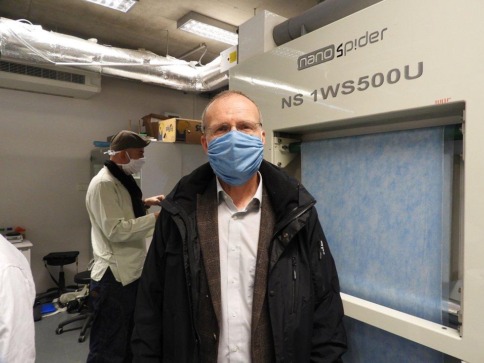 Výzkumný pracovník Martin Stuchlík nařeže denně tři kilometry materiálu. Díly pak putují do šicí dílny, v níž se změnila zasedací místnosti Ústavu pro nanomateriály a pokročilé technologie.