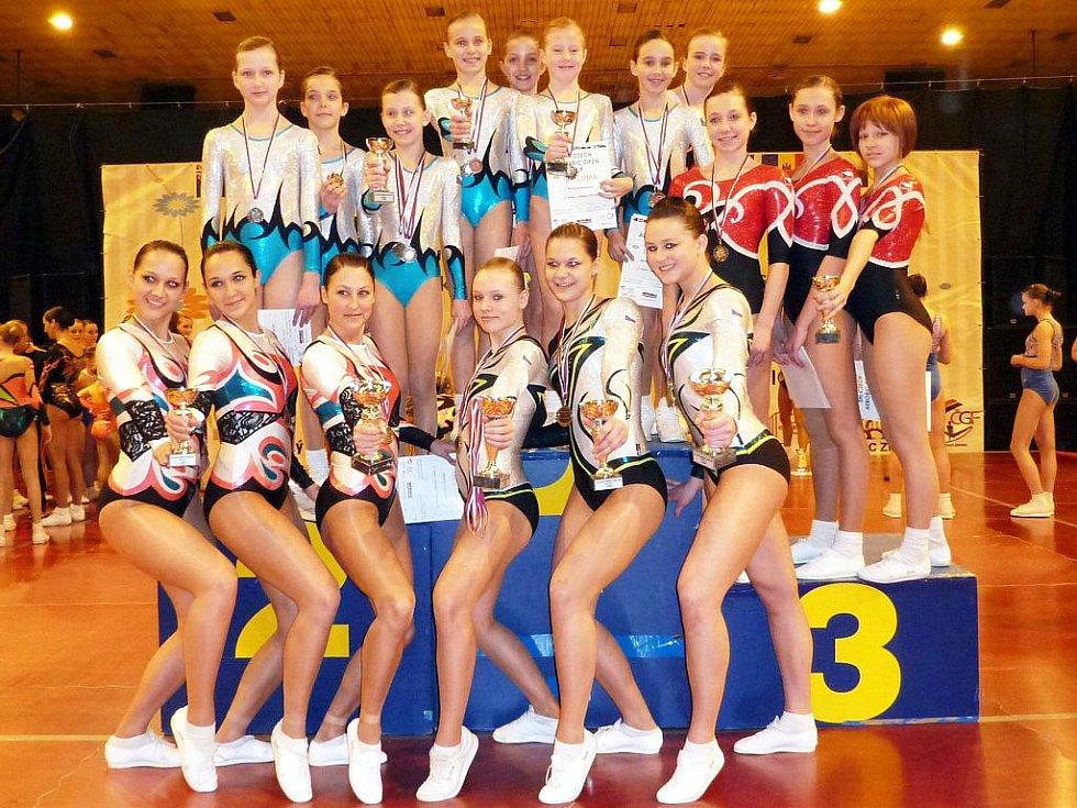 ÚSPĚŠNÉ SLEČNY ZE SPORT AEROBIC LIBEREC. Ve Zlíně získaly šestnáct medailí.
