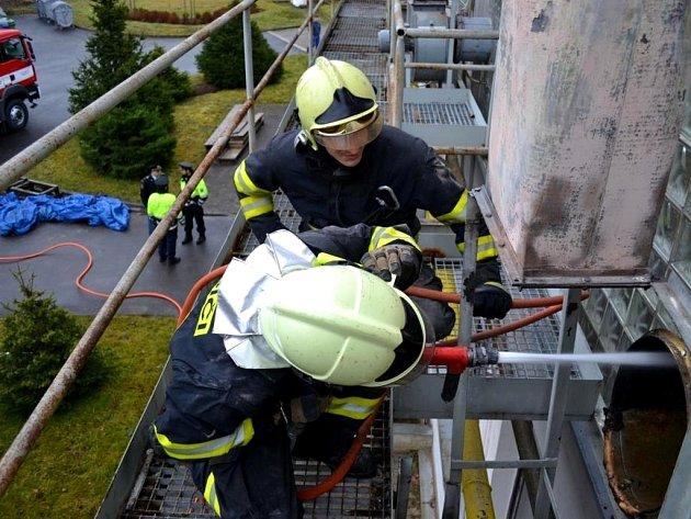 U požáru odsávacího potrubí v průmyslovém objektu zasahovalo pět hasičských jednotek. Na třicet lidí bylo z haly evakuováno.