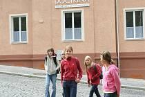 Doctrina sídlí v několika budovách na kopci nad městem v lukrativní čtvrti Perštýn. Hlavní budova a jídelna stojí hned u silnice.