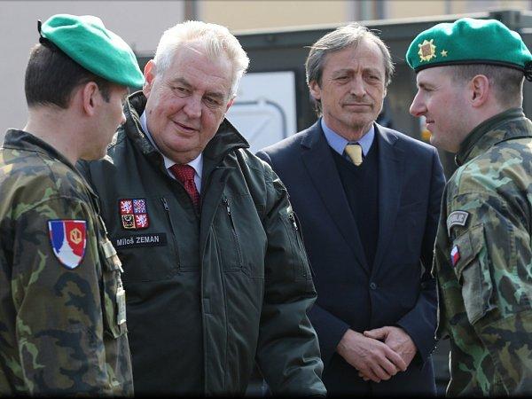 Prezident Miloš Zeman a ministr obrany Martin Stropnický.