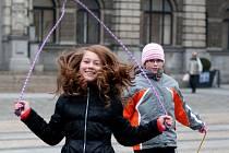 POMOZTE BĚHEM. Charitativní akce přilákala stovky lidí. Ti běhali proto, aby pomohli sluchově postiženým.