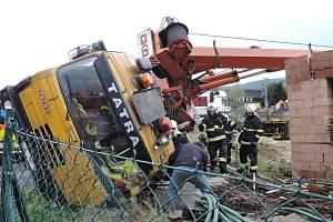 V Minkovicích na Liberecku se převrátil při skládání materiálu autojeřáb. Jeho rameno zasáhlo rozestavěný rodinný dům.