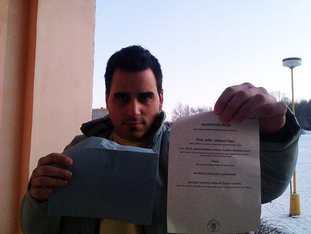 Budoucí táta Petr H. ukazuje lístek Vladimíra Franze. Dát mu hlas se rozhodli s partnerkou na poslední chvíli.