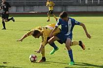 PROHRA FOTBALOVÝCH JUNIORŮ LIBERCE. Na snímku bojuje zkušený Ital Daniel Boloca (vpravo) s karvinským Nicolasem Kaliským. Ital hrál v záloze, byl technicky dobrý na míči, ale moc osobních soubojů nevyhrál.