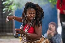 Soubor Ghana Dance Ensemble s Monikou Rebcovou vystoupil 27. června v nově upraveném parčíku v ulici Frýdlantská v centru Liberce. Vystoupení proběhlo v rámci zastávky mezinárodního festivalu Tanec Praha 2017.