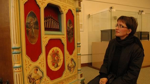 Helena Chládková si prohlíží sbírku starých mechanických hudebních strojů.