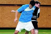 SOCKY PLICHTILY S MITÍKEM. V modrém Morávek z FC Socky, za ním Greif.