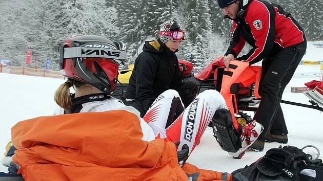 HORSKÁ SLUŽBA ZASAHUJE. Příprava na převoz zraněné lyžařky.