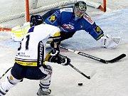 Liberecký útočník Mian Bartovič střílí ústeckému brankáři Zdeňku Orctovi vyrovnávací gól na 1:1.