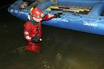 Pátrání po chlapci se zůčastnili také potápěči Vodní a potápěčské záchranné služby Liberec, kteří prohledávali břehy řeky Nisy do pozdních nočních hodin.