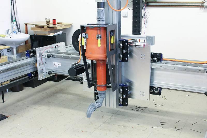 Model robotického ramena, které umožní tisk stavebních komponentů přímo na stavbě.