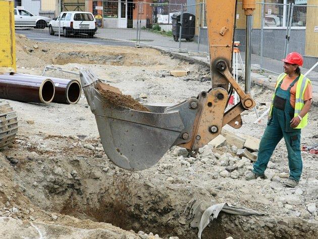 Dělníci v centru města vyměńují vodovodní potrubí
