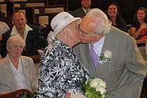 Jejich osudovým místem setkání byla Anenská zábava v Terezíně. Tehdy se psal rok 1950. Zatímco ještě svobodná Hana přijela do Terezína s kamarádkou na prohlídku pevnosti, František na Litoměřicku sloužil povinnou vojenskou docházku. Jeho recept na dlouhý
