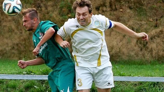 POHÁR PRO VESEC. V bílém domácí kapitán Linke, autor rozhodující branky utkání, vlevo žibřidický Kučera.