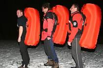 Psovodi horské služby Pavel Hořejší, Josef Hepnar a Robert Hýča (zprava) mají důvod k úsměvu. Vyzkoušeli si aktivaci airbagu, který zvyšuje šanci na přežití.