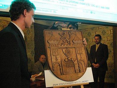Umělečtí truhláři a řezbáři předali znak zastupitelstvu města Liberce.