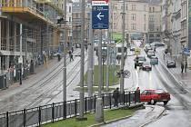 Takhle vypadá dopravní řešení Šaldova náměstí ve směru z Palachovy ulice dnes. Po prázdninách tu bude nový jízdní pruh.