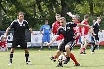 OZDOBOU TURNAJE BYL POBORSKÝ. Exreprezentant (v černém s míčem) hrál za mužstvo Českých Budějovic.