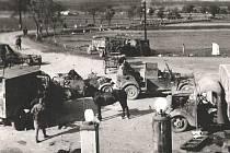 OPUŠTĚNÉ VOZY a technika, odhozené zbraně. Typický obrázek z května 1945, kdy německá armáda prchala před Rusy.