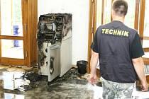Amatérský pokus zlodějům nevyšel, bankomat jehož horní část je vyrobena z plastů, začal hořet a lupiči utekli.