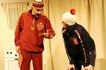 Raškova trenéra Remsu z Liberce představuje v nové inscenaci (krom dalších postav) Marek Sýkora (vlevo), Jiřího Rašku hraje Ondřej Švec.