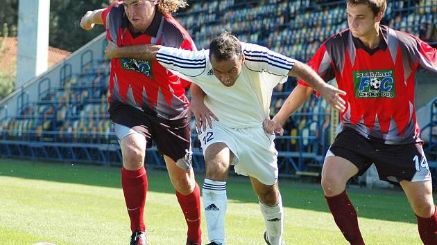 DUB NA JEDNIČKU. Mladý tým dokázal prvně v divizi vyhrát. S Najmanem (vlevo) je exreprezentant Josef Němec.